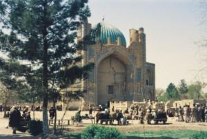Mazar April 1974 l Moschee Männer Farbe