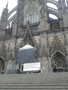 Köln W Dom + Inschrift 20151222_104636